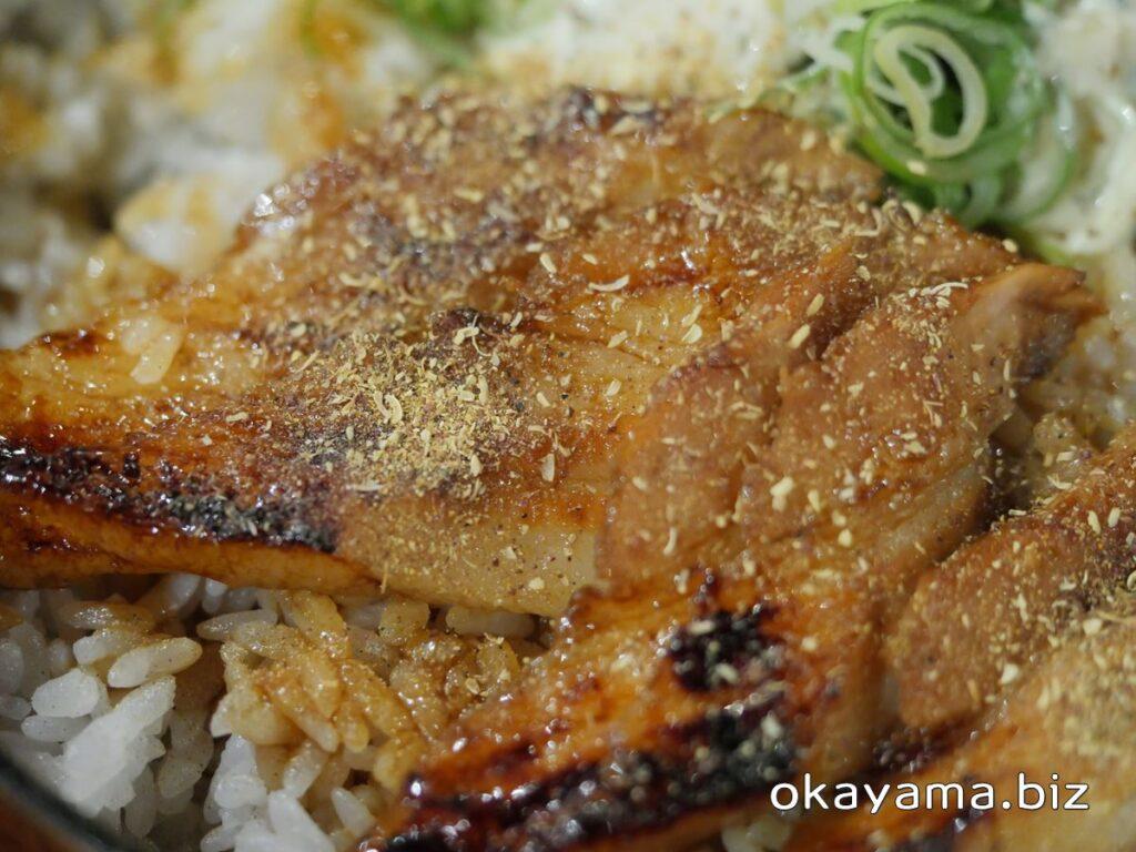 かばくろ イオンモール岡山店 ぶたかば丼に山椒の粉をかける okayama.biz
